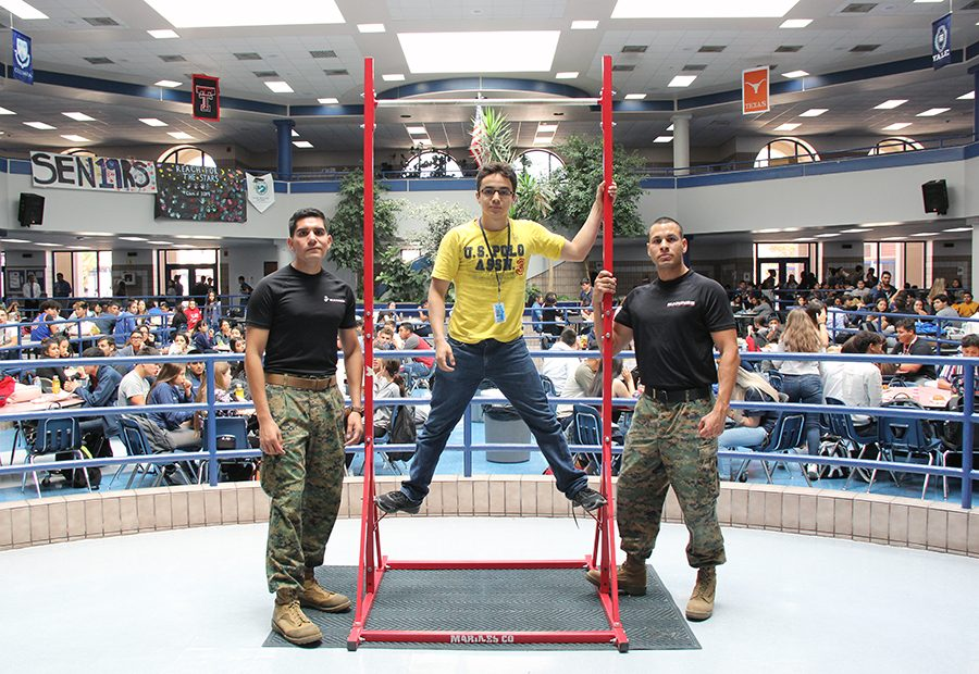 Junior Kneph Meneses (Middle) brakes the record of most pull-ups.